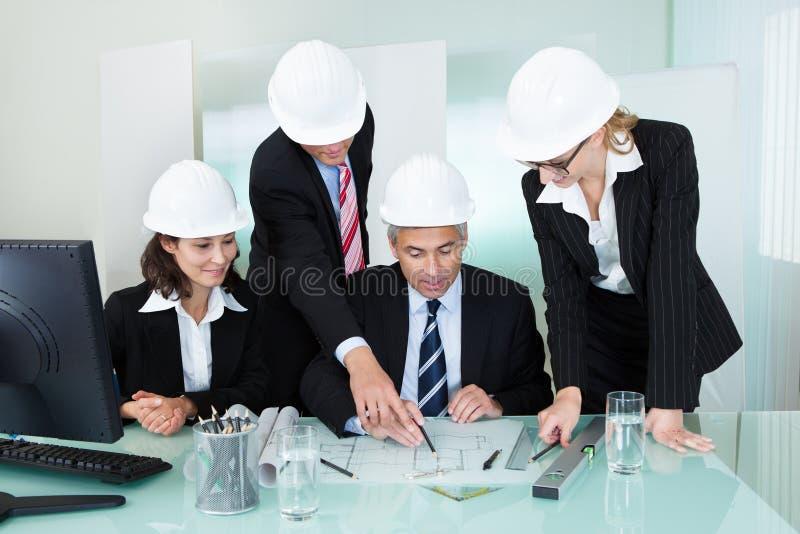 建筑师或结构工程师会议  库存图片