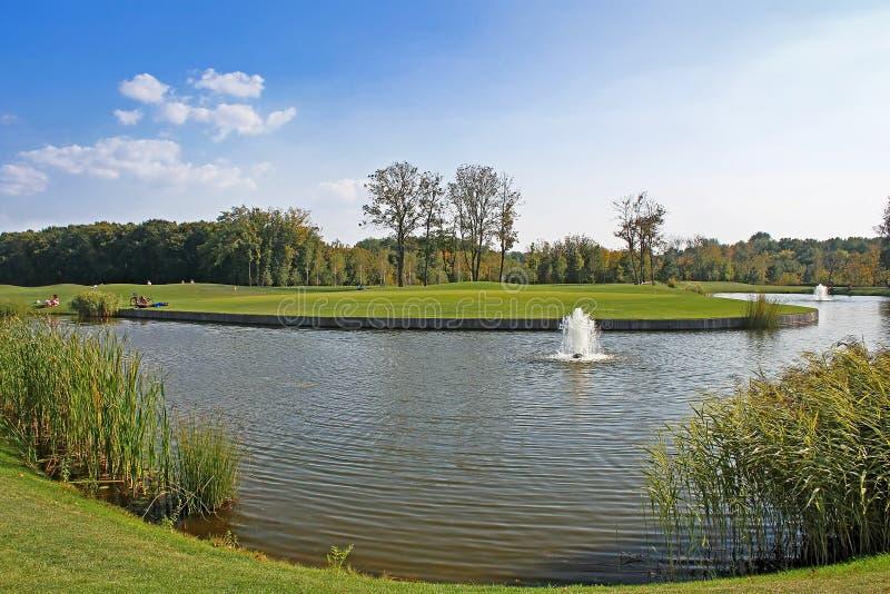 筑成池塘在高尔夫球领域在Mezhyhirya -前总统亚努科维奇前私人住宅  免版税库存照片