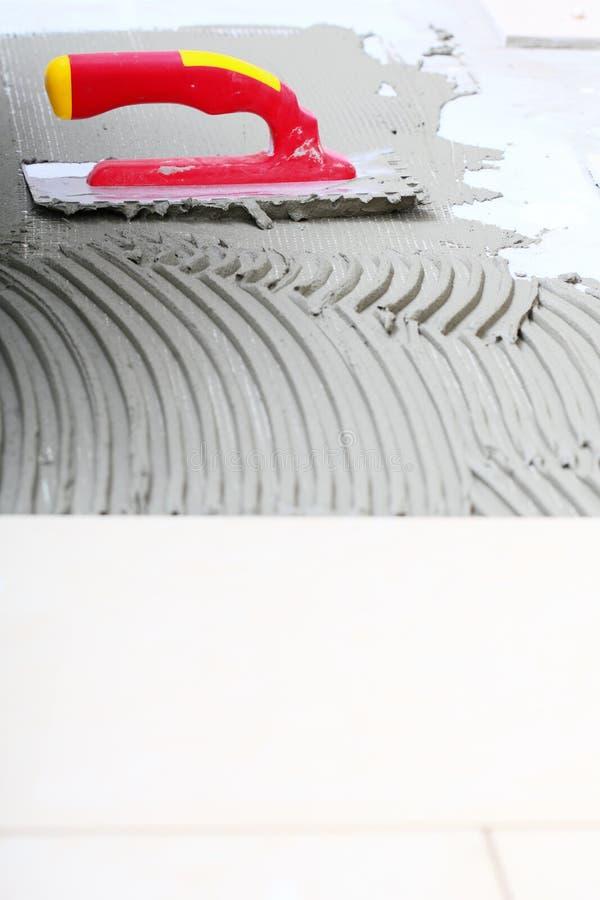 建筑有灰浆的被刻凹痕的修平刀瓦片的运转 免版税库存图片