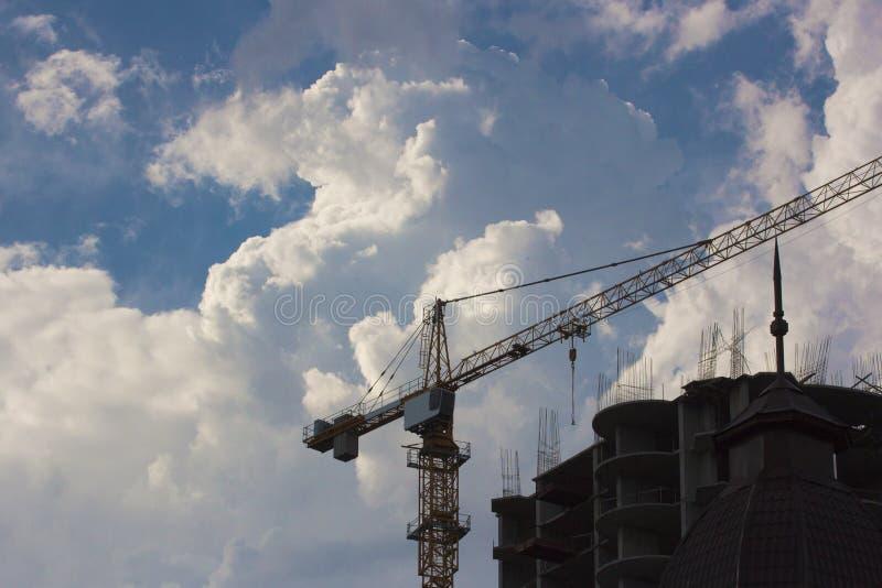 建筑用起重机修造未完成的城市住房 免版税库存图片