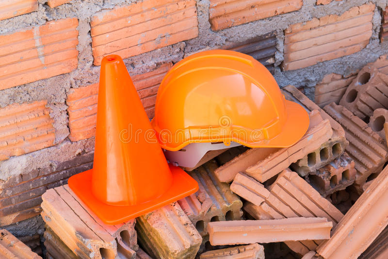 建筑盔甲安全和锥体在建造场所 免版税库存照片
