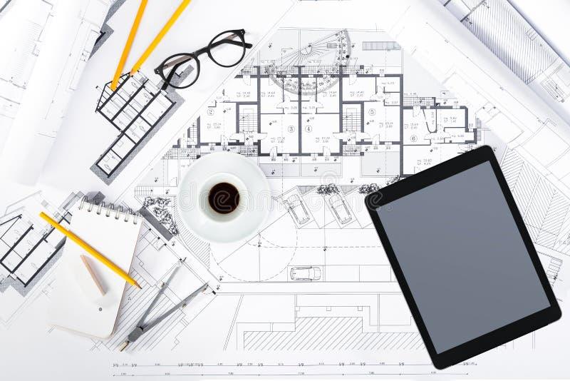 建筑计划与片剂和绘图工具在图纸. 设计, 凹道.图片