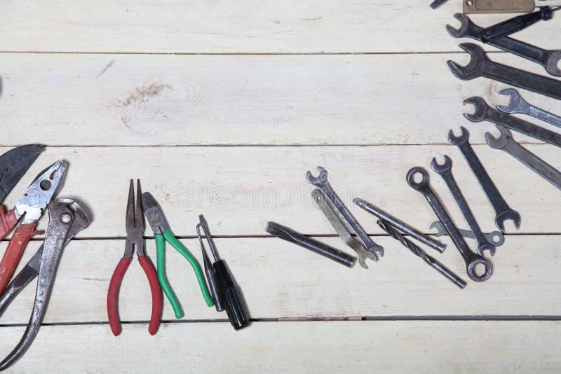 建筑锤击螺丝刀修理在委员会的工具钳子 免版税图库摄影