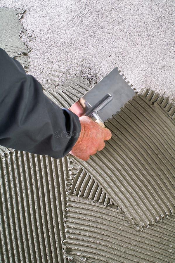 建筑刻凹痕了有灰色水泥灰浆的修平刀瓦片的wo 免版税图库摄影