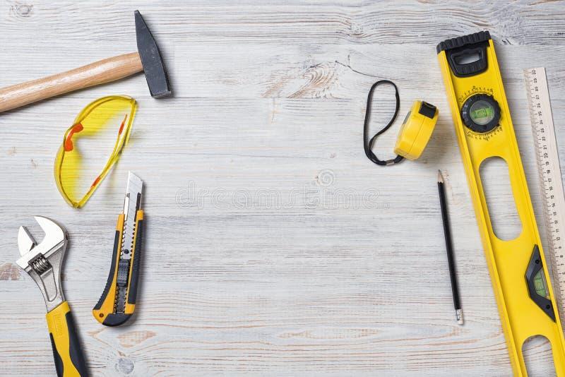 建筑仪器和工具顶视图在木DIY工作凳有拷贝空间的在中心 库存照片