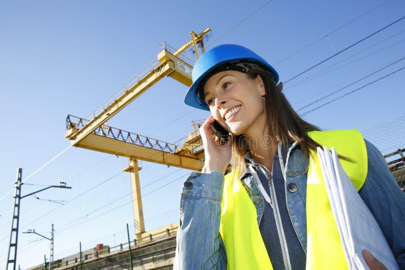 建筑经理谈话在电话 免版税库存图片