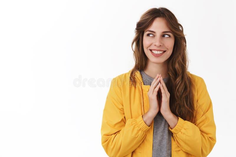 策划的邪恶的计划 旋弄手指认为优良创艺微笑的神色的聪明的创造性的年轻神奇女孩在旁边 免版税图库摄影