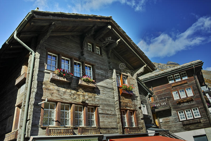 策马特手段的,瑞士传统木房子 库存照片