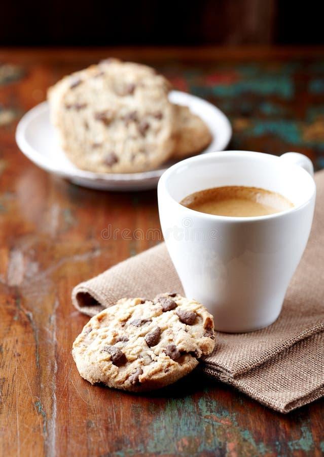 筹码巧克力咖啡曲奇饼杯子 免版税库存照片