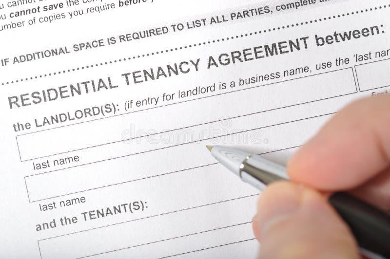 签一个出租合同 免版税库存照片