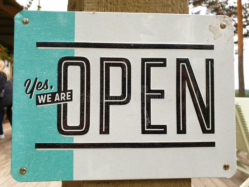 签到与文本的一个咖啡馆是我们是开放的 免版税库存图片