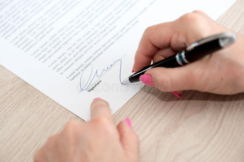 签合同的妇女 免版税库存图片