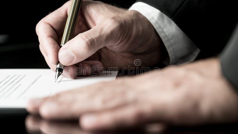 签合同的成为不饱和的图象 免版税库存照片