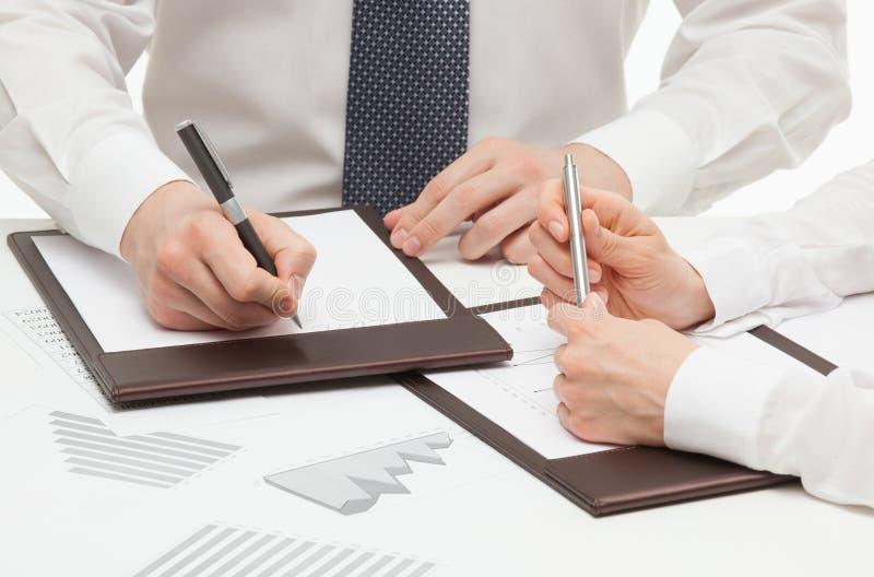 签合同的经理 免版税图库摄影