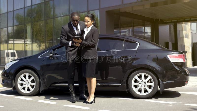 签同商人的汽车销售女性经纪出租合同,成功 库存图片