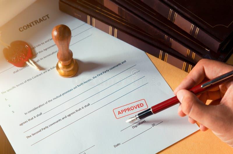 签同钢笔的公证员一个合同 免版税图库摄影