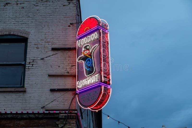 签字在第3条大道的原始的伏都教多福饼外面在街市波特兰 库存图片