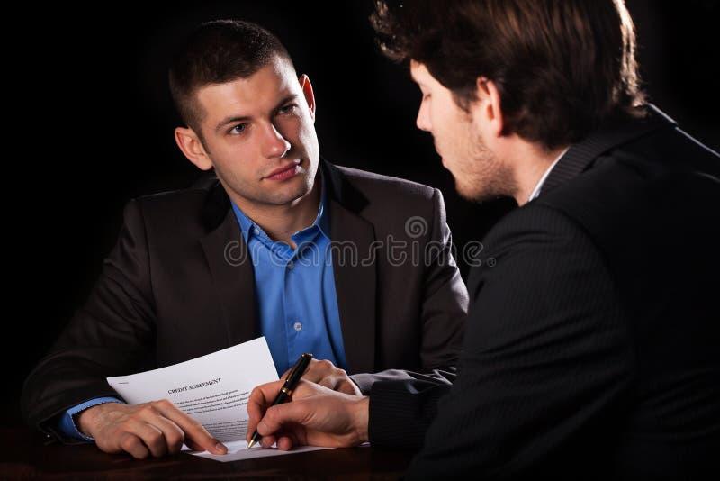 签署与lawyaer的人一笔贷款 库存图片