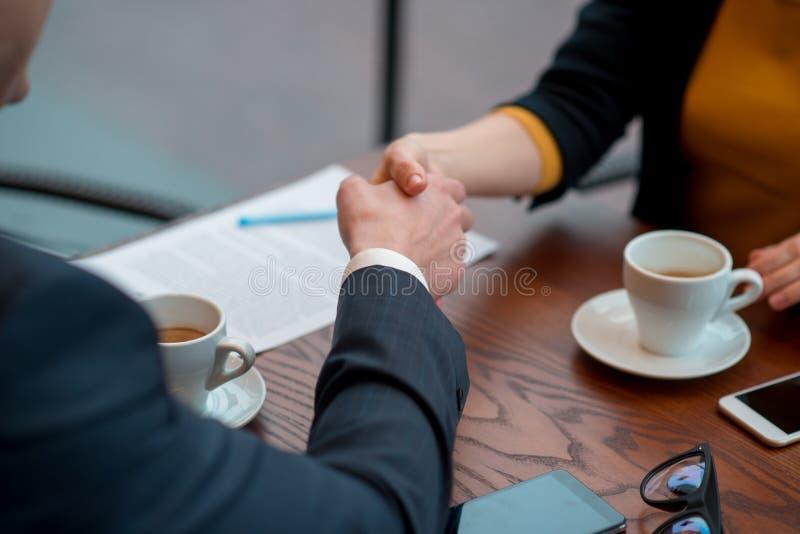 签署协议以人的女性手 免版税库存图片