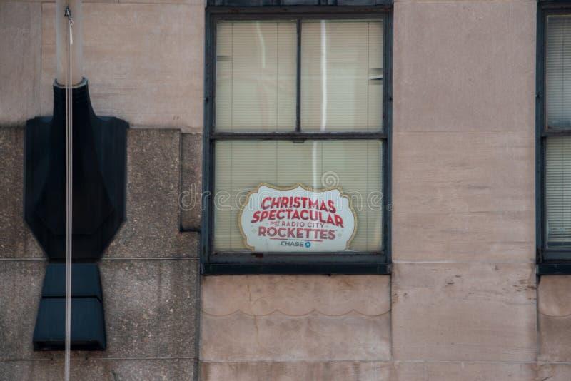 签署在窗口广告圣诞节壮观的展示在无线电城音乐厅和Rockettes 库存照片