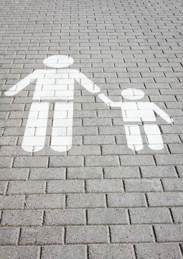 签署在路绘的行人交叉路,孩子安全  免版税库存图片