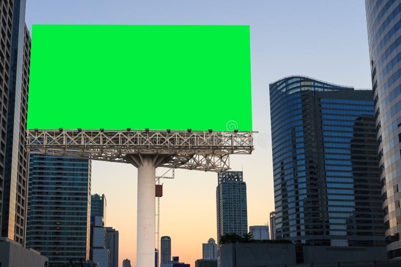 签署在绿色被隔绝的和都市背景的广告牌空白 免版税库存照片