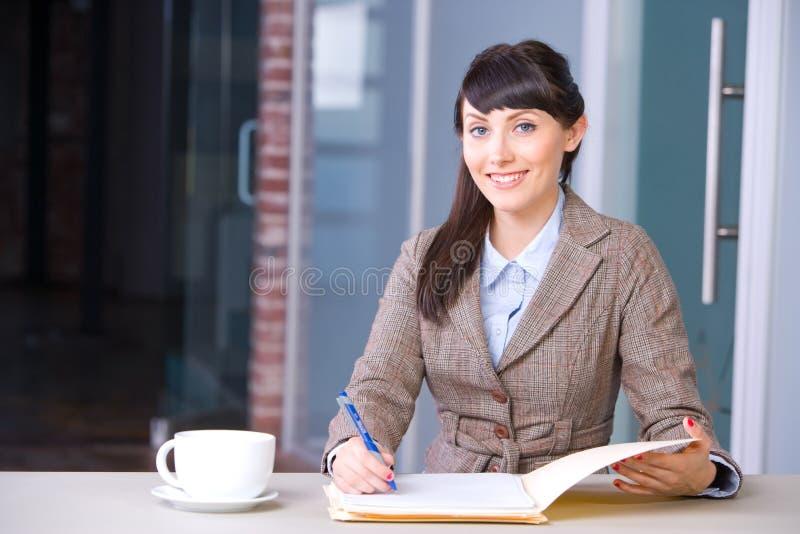 签署妇女的业务单据 免版税库存照片