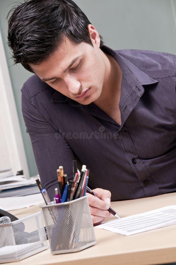 签署年轻人的生意人文件 免版税库存图片