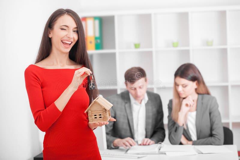签署房子的年轻微笑的夫妇租赁协议, ha 免版税库存照片