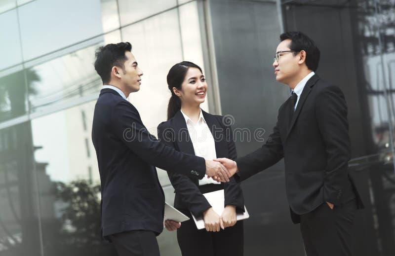 签署握手协议的商人 免版税库存照片