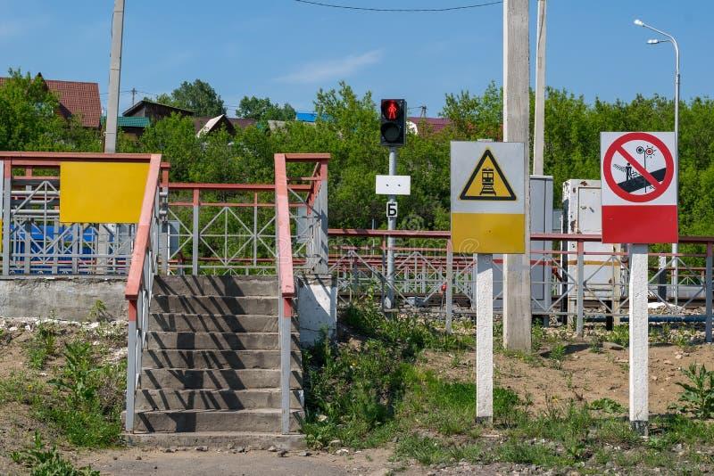 签署步行者的红色停车标志在红绿灯和警报信号 免版税库存照片