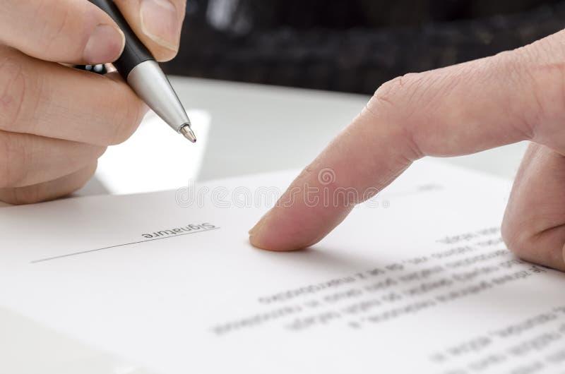签署纸张的妇女 免版税库存图片