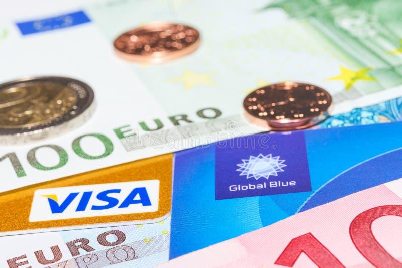 签证信用卡和全球性蓝色免税反对现金金钱 免版税库存图片