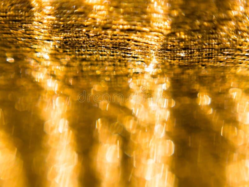 简单和minimalistic选择聚焦、金黄织品背景与闪烁作用庆祝的,除夕或者圣诞节 免版税图库摄影