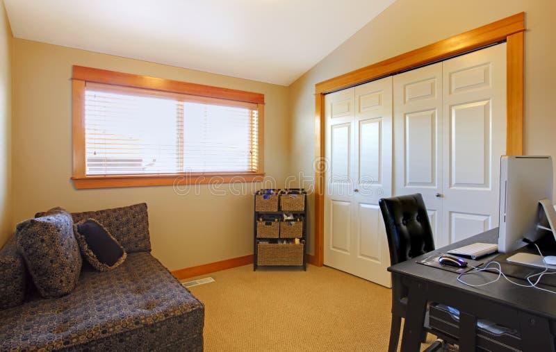 简单家庭内部办公室的空间 库存照片