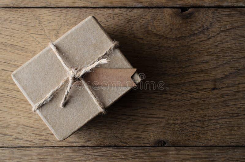 简单的串有空白的标签的被栓的礼物盒 库存图片