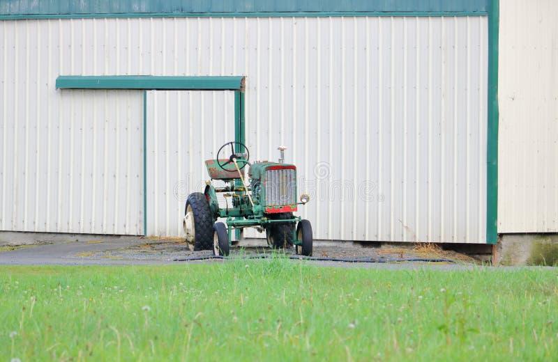 简单的古板的拖拉机 免版税图库摄影