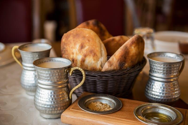 简单的土耳其全国食物 蛋糕和牛奶饮料ayran在一个美丽的老盘 库存照片