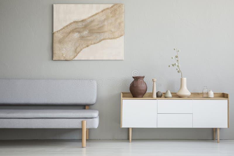 简单的客厅内部的真正的照片与自然油漆的 库存照片