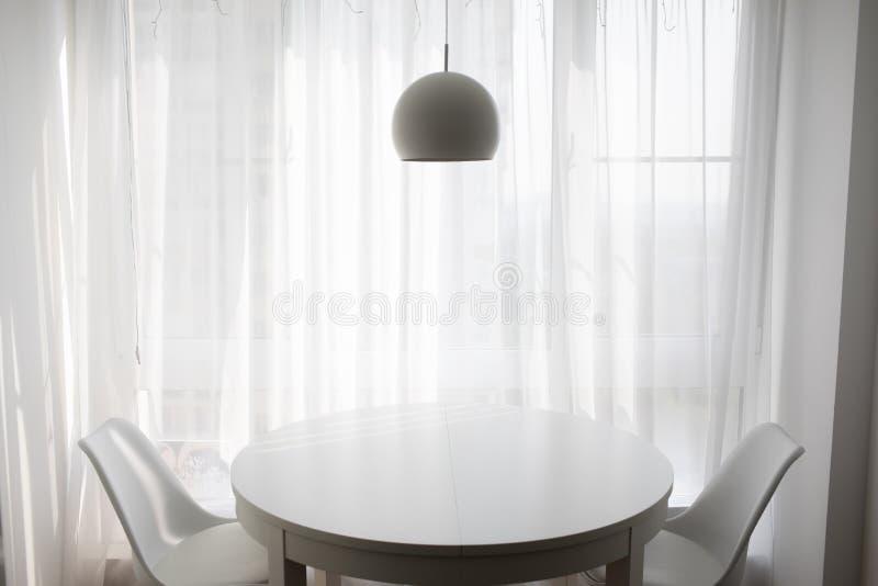 简单的客厅舒适晚上 库存照片
