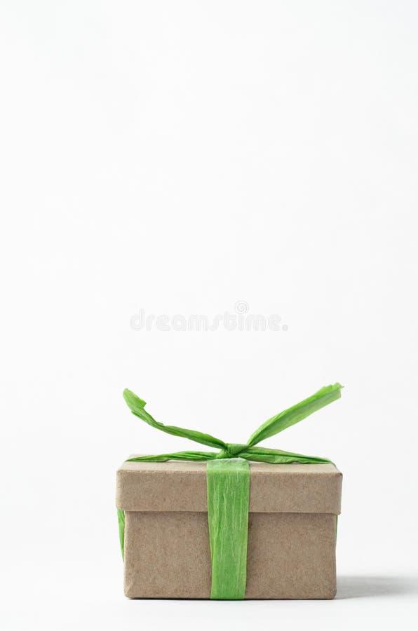 简单的布朗礼物盒阻塞与绿色酒椰丝带 免版税图库摄影