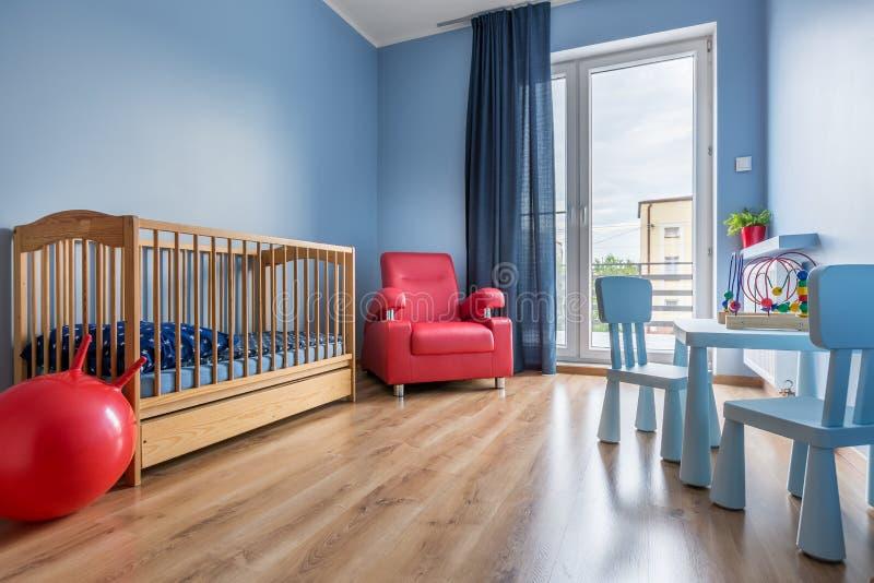 简单的样式蓝色婴儿室想法 免版税库存图片