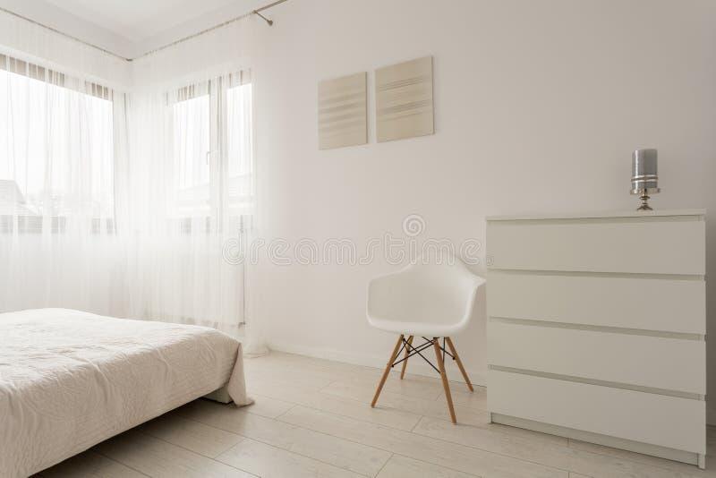 简单的白色卧室 免版税库存照片