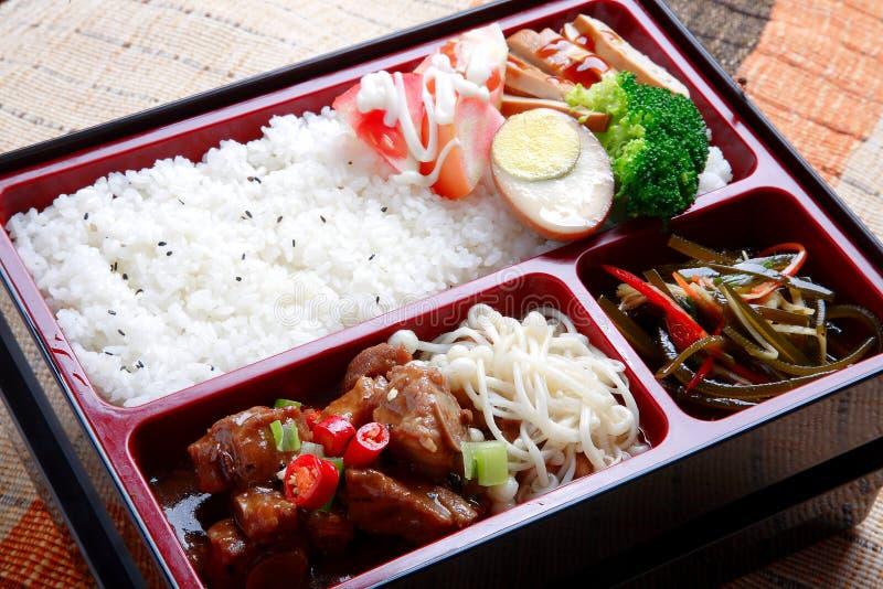 简单的米和油煎的被炖的猪肉Bento食物怂恿硬花甘蓝flo 库存图片