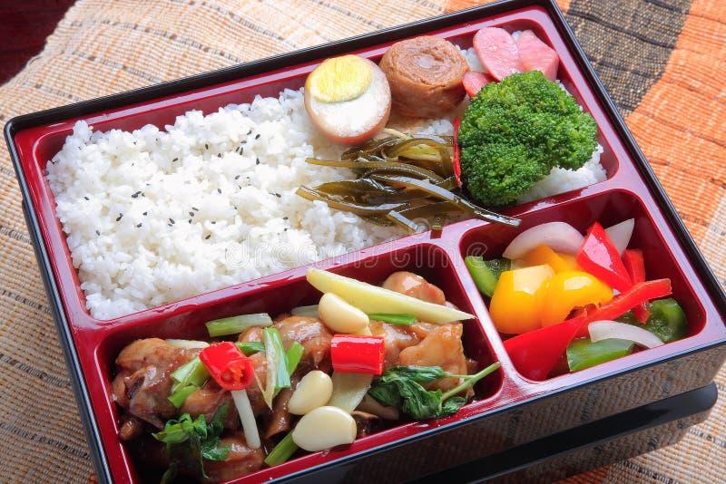 简单的米和油煎的被炖的鸡肉Bento食物怂恿broc 免版税图库摄影