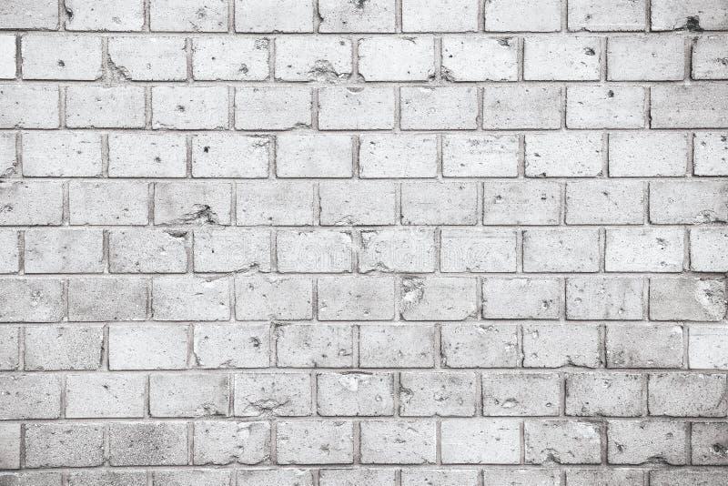 简单的脏的灰色白色砖墙有轻和深灰树荫无缝的样式表面纹理背景 被风化的墙壁 免版税图库摄影