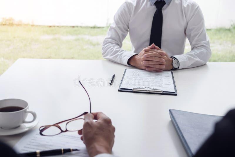 读简历的采访者或委员会在工作面试, Em中 图库摄影