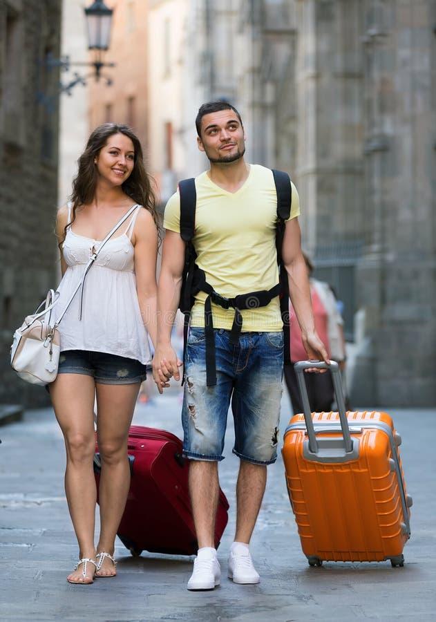 简而言之走穿过城市的男人和妇女 免版税库存照片