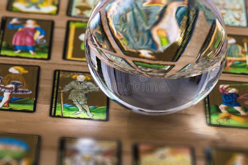 算命先生一定水晶球和在透明度占卜用的纸牌背景中 库存照片