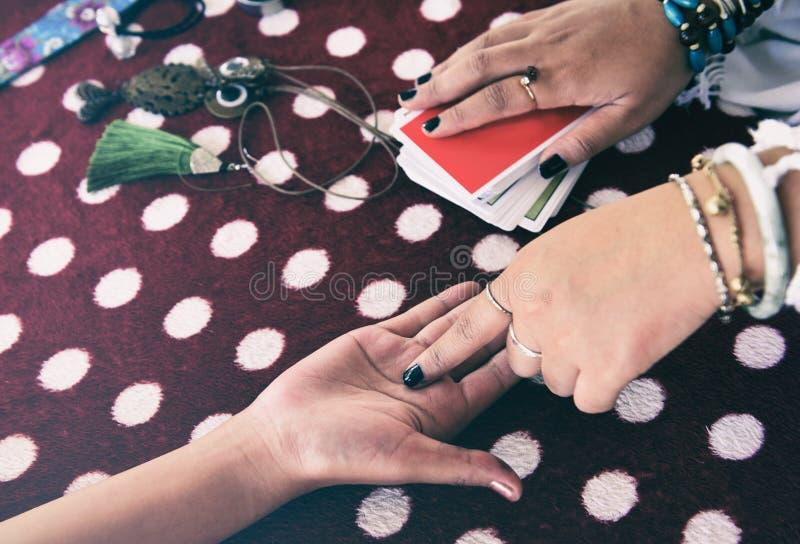 算命先生一定读书时运线在手边手相术通灵读书和洞察力手概念-占卜用的纸牌占卜 库存图片